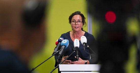 Holenderski rząd poinformował, że nie będzie zalecał obywatelom noszenia maseczek w przestrzeni publicznej, by spowolnić rozprzestrzenianie się koronawirusa, gdyż uważa, że ich skuteczność nie została udowodniona. Decyzja została ogłoszona przez minister ds. Opieki Medycznej Tamarę van Ark po przeglądzie dokonanym przez Krajowy Instytut Zdrowia.