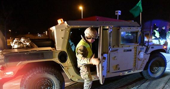 Pentagon rozpoczyna akcję przenoszenia amerykańskich żołnierzy z Niemiec do innych państw NATO. Ponad pięć i pół tysiąca wojskowych przyjedzie m.in. do Belgii - gdzie zostanie rozlokowane Dowództwo Europejskie Stanów Zjednoczonych oraz do Włoch, gdzie zostaną rozmieszczone myśliwce F-16. Szef Pentagonu Mark Esper zapowiedział też wzmocnienie obecności wojskowej w regionie Morza Czarnego.