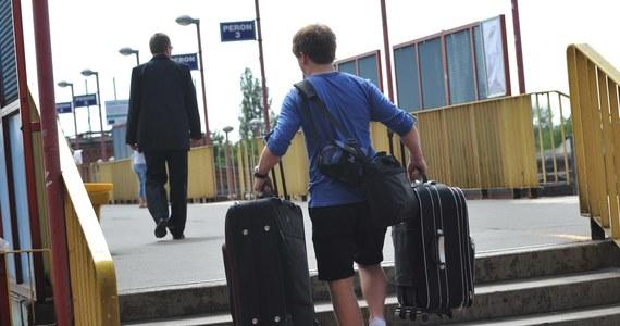 Wyjazdu wakacyjnego nie planuje 58 proc. Polaków, a 32 proc. wybierających się na urlop, zamierza spędzić go w kraju - wynika z badania nastrojów gospodarstw domowych Polskiego Funduszu Rozwoju i Polskiego Instytutu Ekonomicznego (PIE).