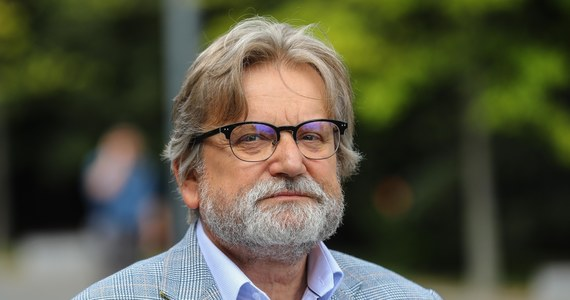 """""""Mamy stosunkowo mały przyrost zachorowań, zapadalność jest mniej więcej na średniej europejskiej. Wiele krajów ma istotnie większą zapadalność, kilkakrotnie większą. Mamy w tej chwili 14 przypadków na 100 tys. osób"""" - mówił w TVN 24 Główny Inspektor Sanitarny Jarosław Pinkas, odnosząc się do walki z koronawirusem w Polsce. Ocenił też, że szczepionka na COVID-19 będzie później, niż się wszystkim wydaje. """"Myślę, że to będzie przyszły rok, połowa przyszłego roku"""" - stwierdził."""
