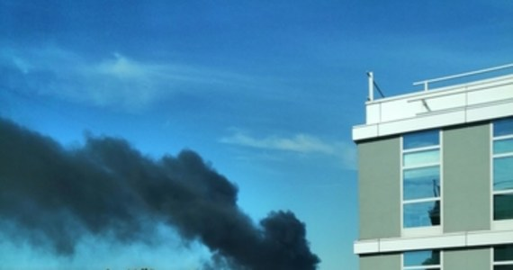 W czwartek rano nad częścią Krakowa pojawiły się kłęby czarnego dymu. Na Gorącą Linię RMF FM informowaliście o pożarze materiałów budowlanych. Doszło do niego w rejonie ulic Wadowickiej i Bonarki na terenie powstającego biurowca.