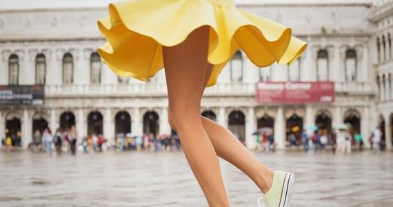 Klasyczne, białe Conversy? Oryginalne trampki na platformie? A może kolorowe Vansy Slip-on? Wybór trampek na lato jest ogromny, a pomysłów na to, jak je nosić, jeszcze większy. Sprawdź 3 propozycje stylizacji z trampkami na lato!