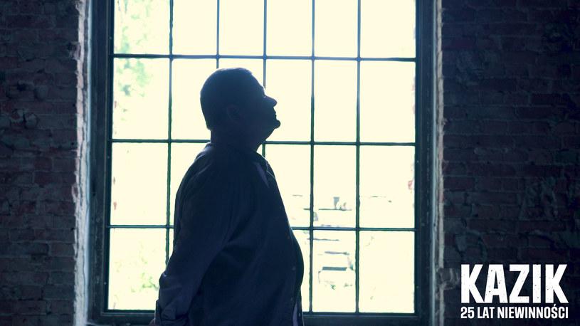 """Niesłusznie skazany na 25 lat więzienia Tomasz Komenda został bohaterem filmu """"25 lat niewinności. Sprawa Tomka Komendy"""". Promujący utwór """"25 lat niewinności"""" nagrał Kazik Staszewski, a towarzyszący mu teledysk właśnie trafił do sieci."""