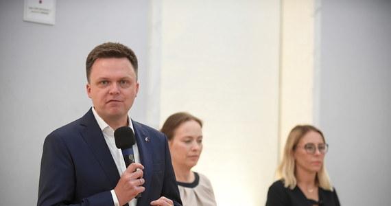 """Szymon Hołownia poinformował o utworzeniu ruchu Polska 2050, na czele którego stanął. Były kandydat na prezydenta przekonywał, że """"potrzebujemy państwa, które będzie solidarne, bezpieczne, zielone, demokratyczne, które zajmie się rozwiązywaniem spraw obywateli a nie liderów partii""""."""