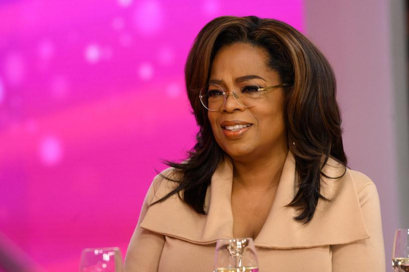 """""""O. The Oprah Magazine"""" to czasopismo dla kobiet wydawane przez królową amerykańskiej telewizji od 2000 roku. Na jego okładkach widniały już m.in. podobizny Michelle Obamy czy Ellen DeGeneres, ale najnowszy numer nie jest poświęcony żadnej gwieździe. Oprah Winfrey postanowiła uhonorować zwykłą Amerykankę i ratowniczkę medyczną, Breonnę Taylor, postrzeloną śmiertelnie przez policjanta w marcu 2020 roku."""