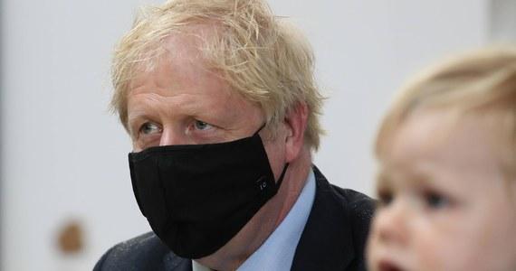 Zaplanowane na sobotę dalsze luzowanie restrykcji, wprowadzonych z powodu koronawirusa, zostaje przesunięte o co najmniej dwa tygodnie - ogłosił w piątek brytyjski premier Boris Johnson. Zapowiedział też rozszerzenie obowiązku zasłaniania twarzy na kolejne miejsca.