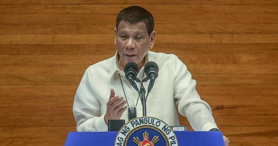 Prezydent Filipin Rodrigo Duterte powiedział obywatelom, że powinni używać benzyny jako środka do dezynfekcji masek ochronnych. Podkreślił, że jego rada nie jest żartem. Eksperci przestrzegają przed postępowaniem zgodnie ze wskazówkami prezydenta - poinformowała agencja Reutera.
