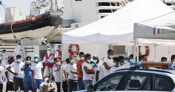 Burmistrz włoskiej wyspy Lampedusa Salvatore Martello zaapelował o natychmiastową ewakuację migrantów z tamtejszego, skrajnie przepełnionego ośrodka rejestracji. Po kolejnej nocy, gdy napływali uciekinierzy z Afryki, w punkcie jest ich już około 950.
