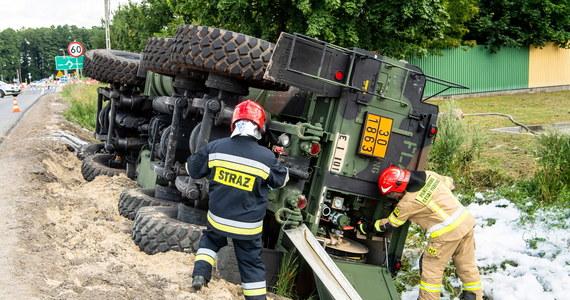"""Przez 13 godzin zablokowana była po wypadku cysterny wojsk amerykańskich krajowa """"10"""" w rejonie Bydgoszczy. Przed południem cysterna z paliwem lotniczym przewróciła się w Lisim Ogonie. Nikt w wypadku nie ucierpiał."""