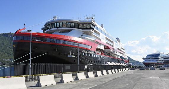 337 pasażerów statku MS Roald Amundsen zostało poddanych kwarantannie po tym, jak u czterech osób z obsługi potwierdzono koronawirusa. Jak podają norweskie media, zakażany personel to cudzoziemcy. Ich narodowości jednak nie podano.