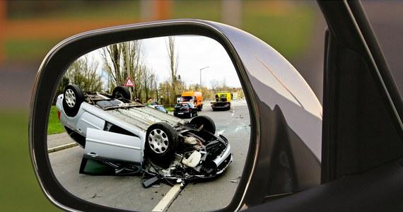 Co dziesiąty wypadek na autostradzie spowodowany jest zmęczeniem lub zaśnięciem kierowcy – wynika z policyjnych statystyk. Policjanci i służby autostradowe zachęcają, by nie rezygnować z przerw w podróży i z odpoczynku podczas wakacyjnych wyjazdów.