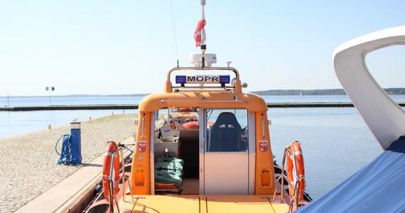 MOPR apeluje, by żeglarze przestrzegali wszystkich zasad bezpieczeństwa, zwłaszcza tych podstawowych, do których należy noszenie kamizelek ratunkowych. W sobotę w Tałtach utonął żeglarz, który jako jedyny z załogi pływał bez kamizelki.