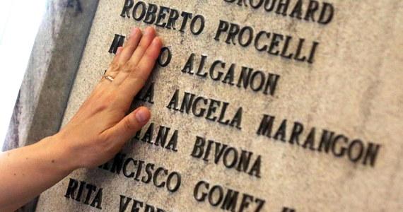 W Bolonii uczczono w niedzielę 40. rocznicę zamachu bombowego na głównym dworcu kolejowym, w którym zginęło 85 osób, a 200 zostało rannych. Podczas ceremonii z udziałem rodzin zabitych mówiono, że jest to wciąż otwarta rana, bo nie ustalono prawdy o ataku.