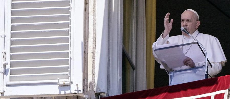"""""""Bez pracy rodzina i społeczeństwo nie mogą iść naprzód. Módlmy się o to, bo to będzie problem po pandemii: ubóstwo i brak pracy"""" – mówił papież Franciszek do wiernych zgromadzonych na placu Świętego Piotra w Watykanie. """"Potrzeba dużo solidarności i kreatywności, by rozwiązać ten problem""""- wskazał."""