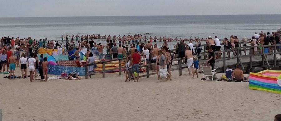 Nie żyje 45-latek, który zasłabł podczas kąpieli na niestrzeżonej plaży w Sarbinowie. Mężczyzna pływał na dmuchanym materacu razem z 14-letnim dzieckiem. Ratownikom udało się uratować nastolatka.