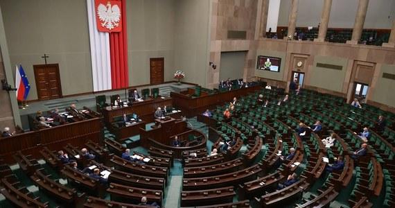 Posiedzenie Sejmu musi być przesunięte ze względu na sytuację w Senacie - poinformował wicemarszałek niższej izby parlamenty Ryszard Terlecki. Wczoraj, z powodu wykrycia koronawirusa u senatora Jana Filipa Libickiego, zdecydowano o przesunięciu posiedzenia Senatu.