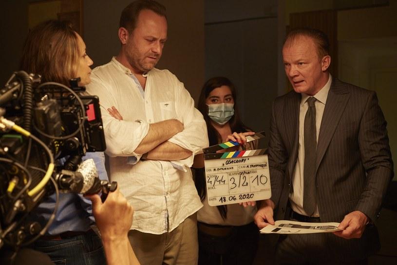 """Przed Leszkiem Lichotą, odtwórcą głównej roli w serialu """"Osaczony"""" - wyjątkowo pracowite lato. Efekty jego ciężkiej pracy zobaczymy wiosną przyszłego roku na antenie Polsatu."""
