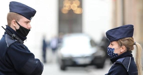 Sprawdzając obowiązek zakrywania ust i nosa pouczyliśmy już prawie 55 tys. osób, prawie 14 tys. ukaraliśmy mandatem karnym, a w prawie 6 tys. przypadkach skierowaliśmy wnioski o ukaranie do sądu - powiedział rzecznik Komendy Głównej Policji insp. Mariusz Ciarka.