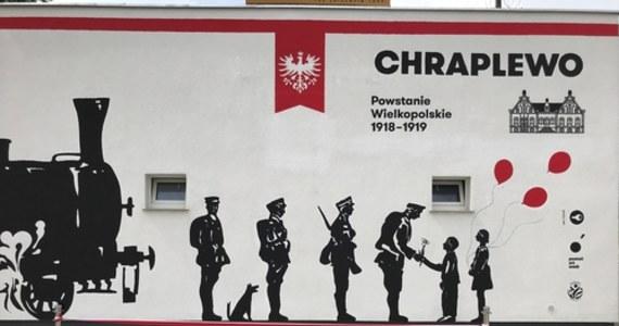 Zamiast pstrokatego malowidła – minimalistyczna ilustracja. Do jej stworzenia autorzy użyli trzech kolorów. Na muralu upamiętniającym Powstanie Wielkopolskie z 1918 roku dominują czarne postaci żołnierzy, ale w oczy rzucają się też dzieci trzymające czerwone balony.