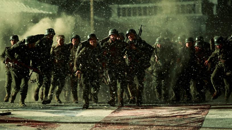 """Chińskie kina powoli wracają do działalności po przerwie spowodowanej pandemią COVID-19. Jednym z pierwszych chińskich widowisk, jakie w sierpniu pojawią się w miejscowych kinach, będzie kontrowersyjny dramat wojenny """"The Eight Hundred"""". Z powodów politycznych film czekał na premierę ponad rok."""