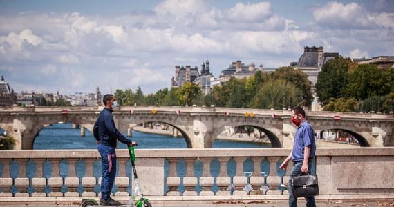 """W setkach francuskich gmin i miejscowości lokalne władze wprowadziły dodatkowe obostrzenia i obowiązek noszenia masek w miejscach publicznych na zewnątrz - wynika z zestawienia dziennika """"Le Parisien"""". Wiele z nich to miejsca popularne wśród turystów."""
