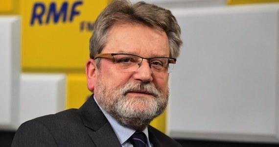 """""""Myślę, że prezydent podczas zaprzysiężenia maseczki nie powinien mieć, dlatego że pewnie będzie przemawiał. Będzie musiał także złożyć przysięgę i raczej ta maseczka by w istotny sposób przeszkadzała"""" - mówił w Rozmowie w samo południe w RMF FM Główny Inspektor Sanitarny Jarosław Pinkas. Podkreślił, że Andrzej Duda będzie mógł obyć się bez maski, bo będzie zachowywał """"istotny dystans"""" od reszty. """"Parlamentarzyści i zaproszeni goście tęż będą zachowywać dystans, nie tak duży jak pan prezydent, ale będą już mieli obowiązek założenia maseczek"""" - powiedział."""