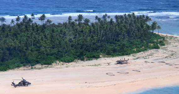 """Olbrzymi napis """"SOS"""" na piasku uratował po trzech dniach trzech mężczyzn, którzy dopłynęli do bezludnej wyspy Pikelot w Mikronezji na Pacyfiku. Rozbitkowie byli w dobrym stanie, kiedy australijski śmigłowiec przybył im z pomocą - podała telewizja Sky News."""