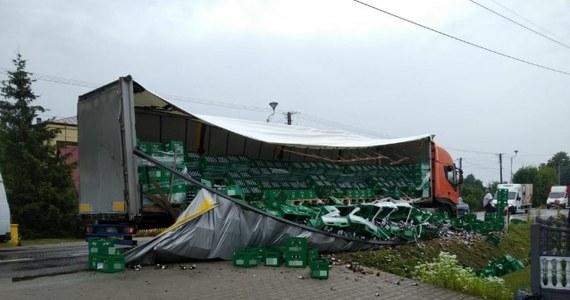 Do nietypowego zdarzenia doszło w godzinach porannych na DK 73 w województwie świętokrzyskim. W Morawicy na drogę wypadło kilkanaście transporterów z piwem.