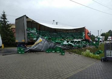 Transportery z piwem zablokowały drogę. Trunek wypadł z ciężarówki przez rozerwaną plandekę