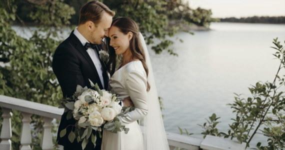 Socjaldemokratyczna premier Finlandii 34-letnia Sanna Marin poślubiła swojego wieloletniego partnera Marcusa Raikkonena. O wydarzeniu szefowa fińskiego rządu poinformowała na Instagramie, publikując zdjęcia z sobotniej uroczystości.