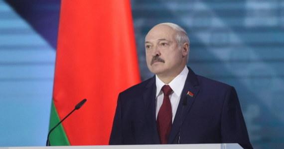 """Jeszcze nie strzelają, nie nacisnęli na spust, ale jest oczywiste, że chcieli zorganizować rzeźnię w centrum Mińska - oświadczył Alaksandr Łukaszenka w orędziu do narodu. Według niego na Białorusi trwają próby rozpętania """"kolorowej rewolucji""""."""