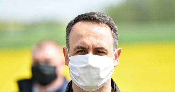 Dariusz Klimczak kolejnym polskim parlamentarzystą zarażonym koronawirusem. O zakażeniu poseł PSL poinformował na Twitterze. Test zrobił w związku z zapowiedzianym na czwartek posiedzeniem Zgromadzenia Narodowego, podczas którego Andrzej Duda zostanie zaprzysiężony na prezydenta na II kadencję.