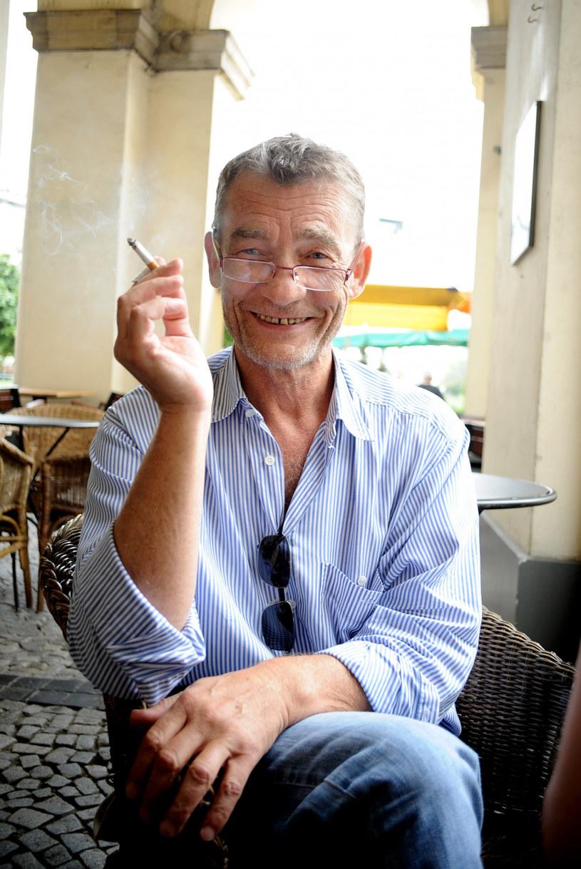 """W ciągu ponad 40-letniej kariery zagrał w kilkudziesięciu serialach i filmach fabularnych. Rzadko grywa główne role, częściej pojawia się na drugim planie lub w epizodach. Widzowie kojarzą go przede wszystkim jako Wąskiego z """"Kilera"""", czym on sam jest zmęczony. W czwartek, 26 listopada, Krzysztof Kiersznowski kończy 70 lat."""