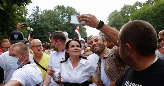 Mityng kandydatki na prezydenta Białorusi Swiatłany Cichanouskiej w Słucku został w ostatniej chwili odwołany z powodu prac remontowych. Media niezależne informują o zatrzymaniach przez milicję osób, które przyszły we wtorek na to spotkanie wyborcze.