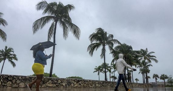 Przechodząca we wtorek nad wschodnim wybrzeżem USA burza tropikalna Izajasz pozbawiła dostępu do prądu ponad milion osób. Front przeszedł przez Wirginię i Maryland i zmierza w kierunku Nowego Jorku. Lokalnie towarzyszą mu tornada.