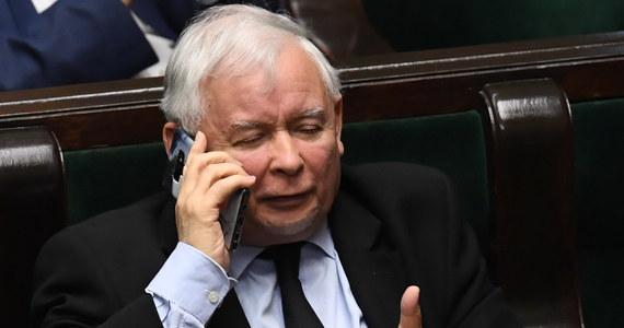 """""""We wrześniu, być może ostatecznie na początku października"""" przeprowadzona zostanie rekonstrukcja rządu, a zakładać będzie """"daleko idące zmniejszenie liczby ministerstw"""" - ogłosił w rozmowie z Polską Agencją Prasową prezes Prawa i Sprawiedliwości Jarosław Kaczyński. Powtórzył, że premierem pozostanie Mateusz Morawiecki, i potwierdził doniesienia m.in. dziennikarzy RMF FM o tym, że w wyniku rekonstrukcji mniejsza liczba ministerstw przypadnie koalicjantom PiS-u: Solidarnej Polsce Zbigniewa Ziobry i Porozumieniu Jarosława Gowina. """"To po prostu wynika ze zwykłej arytmetyki i to tak traktowanej bardzo - można powiedzieć - szczodrze dla naszych koalicjantów"""" - stwierdził."""