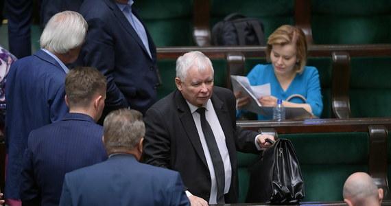 """Rekonstrukcja rządu przeprowadzona zostanie we wrześniu lub najdalej na początku października, a plan zakłada """"daleko idące zmniejszenie liczby ministerstw"""" - oświadczył w wywiadzie dla Polskiej Agencji Prasowej prezes Prawa i Sprawiedliwości Jarosław Kaczyński. Dodał, że po odchudzeniu rządu liczba resortów oscylowałaby """"wokół 12"""", a """"najbardziej radykalny plan mówi o nawet 11 ministerstwach"""". Jarosław Kaczyński mówił również o """"niełatwych"""" rozmowach nt. rekonstrukcji z koalicjantami PiS, zamieszaniu wokół programu 500+, a konkretnie o temacie zastąpienia gotówki bonami, ekspansji Orlenu i o postawie opozycji wobec czwartkowego zaprzysiężenia prezydenta Andrzeja Dudy."""