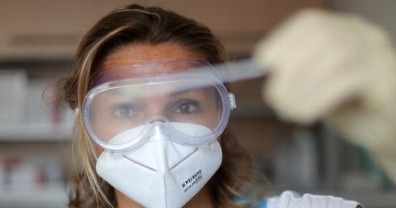 W środę Ministerstwo Zdrowia poinformowało o 640 nowych potwierdzonych przypadkach zakażenia koronawirusem oraz kolejnych 18 zgonach. Aktualny bilans koronawirusa w Polsce to 48 789 zakażeń i 1 756  ofiar śmiertelnych. Resort poinformował również, że od początku pandemii w Polsce wyzdrowiało 35 321 zakażonych. Liczba zakażonych koronawirusem na Śląsku przekroczyła 17 tys.
