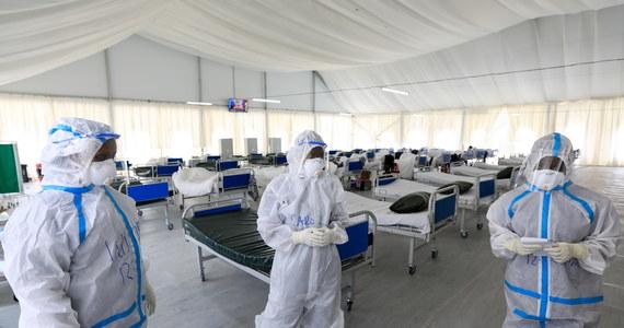 Liczba ofiar śmiertelnych Covid-19 na świecie przekroczyła 700 tys. - poinformowała agencja Reutera. Oznacza to, że średnio co 15 sekund umiera jedna osoba zakażona koronawirusem, co godzinę - 247 chorych, a w ciągu doby - prawie 5900 pacjentów.