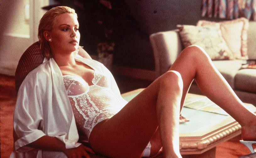 """W filmie """"Królewna Śnieżka i Łowca"""" olśniewała elegancją i hipnotyzującym spojrzeniem, w """"Monster"""" zaś, fizycznie oszpecona, przerażała transformacją w bezlitosną zabójczynię. Obchodząca w piątek 45. urodziny Charlize Theron od lat nie schodzi ze szczytu."""
