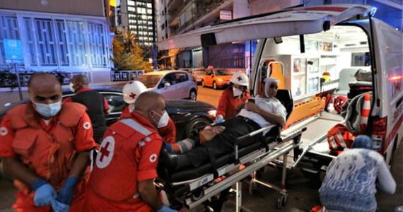 Oficjalne dane ze środowego przedpołudnia mówią o ponad setce ofiar i ponad czterech tysiącach rannych po wtorkowym wybuchu w stolicy Libanu. 300 tys. osób zostało natomiast bez dachu nad głową. Przyczyną wybuchu składowanej w portowych magazynach saletry amonowej, według libańskich mediów, była nieostrożność pracujących tam robotników. Administracja prezydenta USA Donalda Trumpa poinformowała jednak, że nie wyklucza scenariusza, w którym eksplozja miała być celowym działaniem terrorystów. O skutkach wczorajszej tragedii i o tym, jak świat może pomóc Libanowi, i tak dotkniętemu przez poważny kryzys gospodarczy, rozmawiamy z prof. Przemysławem Osiewiczem z Uniwersytetu im. Adama Mickiewicza w Poznaniu.