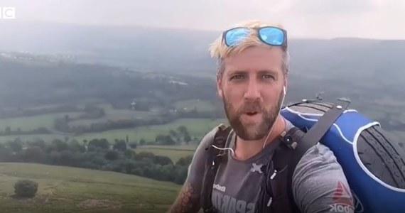 Jedni niosą na plecach krzyż, inni oponę samochodową. To historia Brytyjczyka, który z takim ciężarem przemierza park narodowy w Derbyshire.