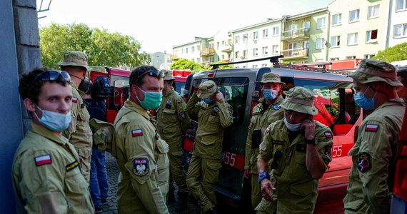 """Do Bejrutu wyleciała grupa strażaków z Polski, żeby pomóc w akcji ratunkowej po wczorajszym wybuchu w stolicy Libanu. Polacy zabiorą ze sobą psy do szukania ludzi pod gruzami.  Wylecą z Polski jeszcze dziś. Akcja grupy poszukiwawczo-ratowniczej - na miejscu - ma potrwać tydzień. """"Wysyłamy tam ludzi najlepszych z najlepszych""""- zapewnia PSP."""