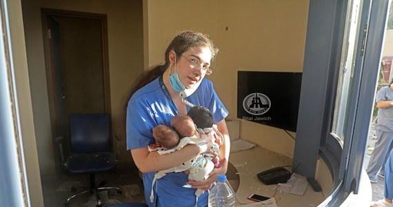 Pielęgniarka bejruckiego szpitala stała się bohaterką światowych mediów za sprawą jednego zdjęcia. Fotoreporter uchwycił moment, kiedy kobieta trzyma w ramionach trzy noworodki, które wyniosła ze zniszczonego w wybuchu szpitala.