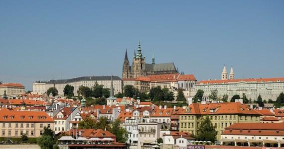 Przedstawiciele czeskich partii politycznych uzgodnili zmiany w ordynacji wyborczej, które pozwolą w jesiennych wyborach senackich i samorządowych oddać głos osobom przebywającym w kwarantannie. Głosować będzie można m.in. z samochodu.