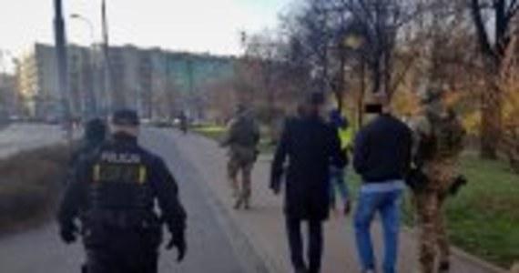 Policjanci Centralnego Biura Śledczego Policji doprowadzili do dolnośląskiego wydziału Prokuratury Krajowej kolejną osobę podejrzaną o zlecenie podpalenia mieszkania we Wrocławiu w 2007 roku, w którym zginęła czteroosobowa rodzina - poinformowała Prokuratura Krajowa i CBŚP. Według śledczych przyczyną dramatu mogły być porachunki.
