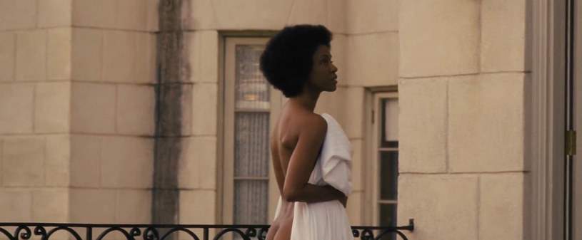 """Pierwotnie w rolę legendarnej wokalistki i aktywistki Niny Simone w filmie """"Nina"""" z 2016 roku miała wcielić się Mary J. Blige. Kiedy zastąpiła ją Zoe Saldana, pojawiły się protesty. Przeciwko takiemu castingowi sprzeciwiała się m.in. córka Niny Simone, Simone Kelly, krytykując zbyt jasny kolor skóry Saldany oraz to, że fizycznie nie przypomina jej matki. W udzielonym ostatnio wywiadzie, Zoe Saldana żałuje, że przyjęła rolę Niny Simone."""