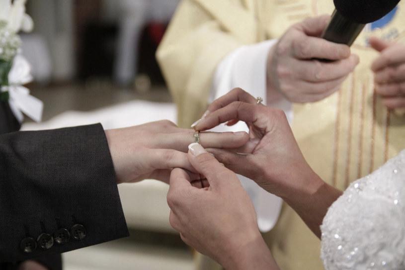 Do sieci trafiła lista zakazanych piosenek, których nie można śpiewać podczas ślubu. Utwory na tej uroczystości muszą mieć charakter religijny, a nie świecki. Kościół stworzył także specjalny, obowiązkowy kurs dla wykonawców, na którym dowiedzą się m.in., jakie piosenki są dozwolone.