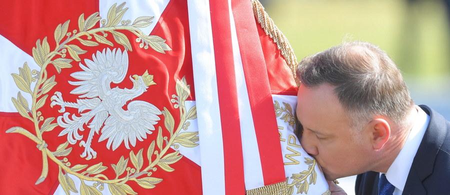 """W czwartek 6 sierpnia zakończyła się pierwsza kadencja Andrzeja Dudy. Tego samego dnia odbyła się uroczystość jego zaprzysiężenia na drugą pięcioletnią kadencję na stanowisku prezydenta RP. Duda złożył przysięgę przed Zgromadzeniem Narodowym i wygłosił orędzie przed ZN. Na placu Marszałka Józefa Piłsudskiego odbyły się uroczystości, podczas których prezydent Duda po raz kolejny przejął zwierzchnictwo nad siłami zbrojnymi. """"Dziękuję żołnierzom za każdy dzień, gdy byłem zwierzchnikiem sił zbrojnych"""" - mówił. Uroczystości z udziałem wojska to ostatni element dzisiejszych uroczystości, które rozpoczęły drugą kandecję prezydentury Andrzeja Dudy."""