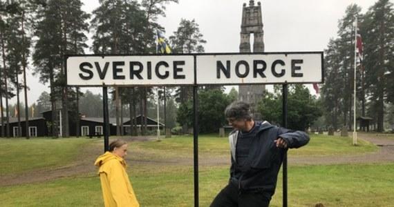 Szwedzka aktywistka klimatyczna Greta Thunberg umówił się na wywiad twarzą w twarz z naukowcem z sąsiedniej Norwegii. Jako mieszkanka Sztokholmu - w związku z epidemią koronawirusa i obowiązującymi u sąsiadów obostrzeniami - nie mogła do niego pojechać. I tak się spotkali – na granicy.